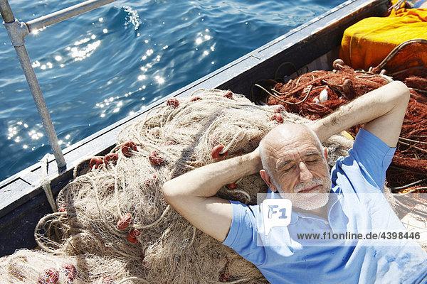 Fischer schläft auf Netzen