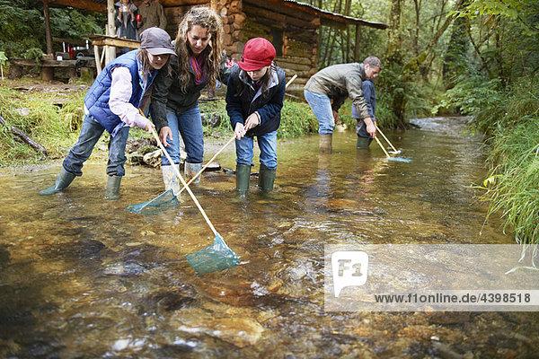 Familienangeln mit Netzen im Fluss