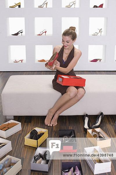 Frau in einem Schuhgeschäft