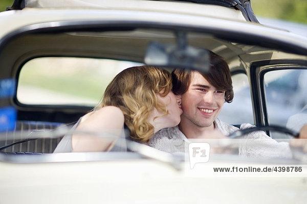 Liebespaar im Auto