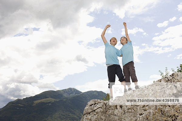 Jungen in den Bergen