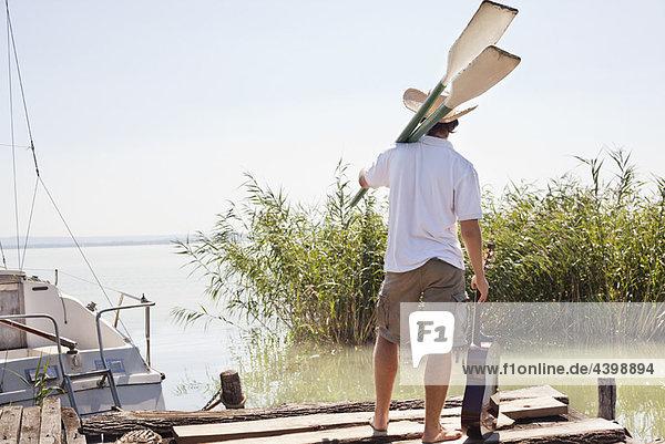 Mann wartet am Steg neben der Yacht