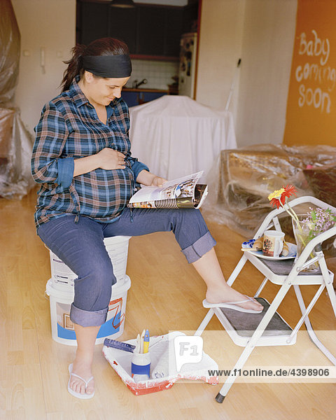 Schwangere nistende Frau