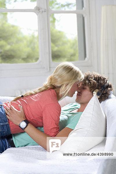 Junges Liebespaar auf der Couch zu Hause