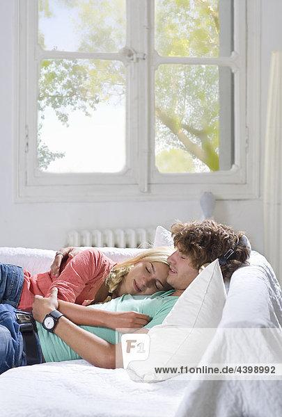 Junges Paar schläft zu Hause auf der Couch