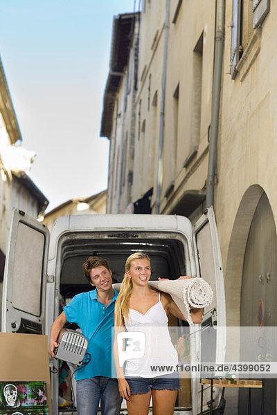 Paar mit beweglichem Lkw-Trageteppich