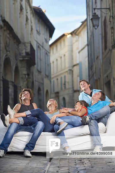 Gruppennachschlagen auf der Couch in der Straße