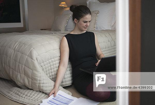 Frau schaut auf Laptop