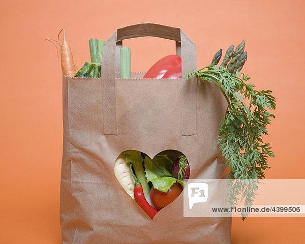 Gemüse im Beutel mit Herz-Symbol
