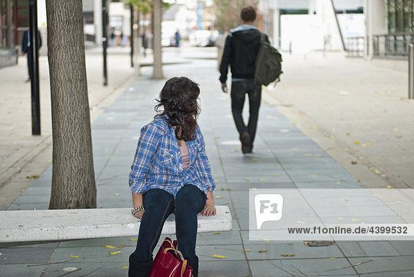Weibchen schaut auf das Männchen  das auf der Straße geht.