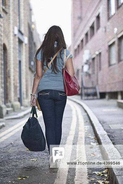 Junge Frau auf der Straße mit Tasche