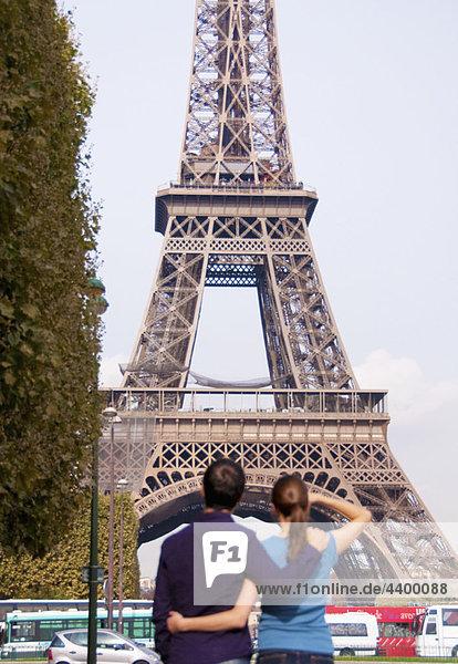 Paar Blick auf den Eiffelturm in Paris