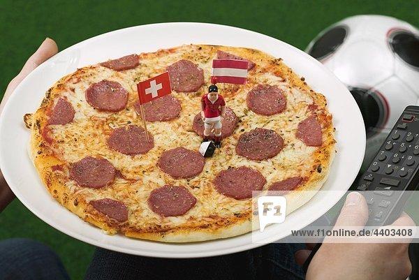 Pizza Salami mit Fahnen und Fußball Abbildung