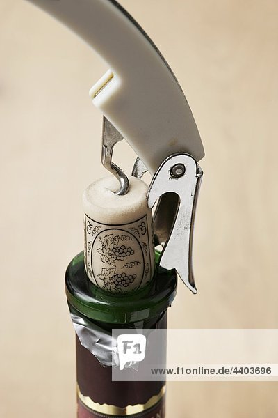 Entfernen der Cork aus einer Weinflasche Entfernen der Cork aus einer Weinflasche