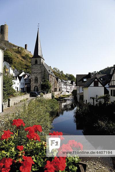 Germany  Rhineland-Palatinate  Monreal  Elzbach  View of city with lake