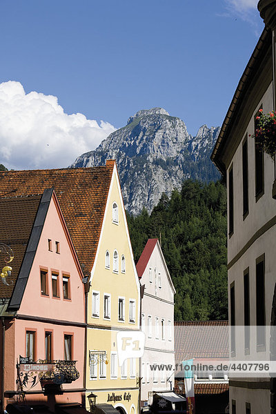 Deutschland  Bayern  Allgäu  Füssen  Außenansicht des Gebäudes mit Bergen im Hintergrund