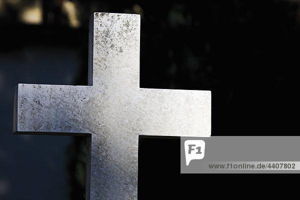 Deutschland  Bayern  Allgäu  Füssen  Deutschland  Bayern  Allgäu  Füssen  Ansicht des religiösen Kreuzes auf dem Friedhof