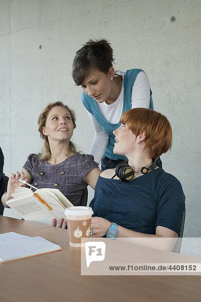 Deutschland  Leipzig  Studenten  die zusammen studieren  lächeln  Portrait