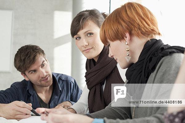 Deutschland  Leipzig  Studenten studieren und diskutieren gemeinsam