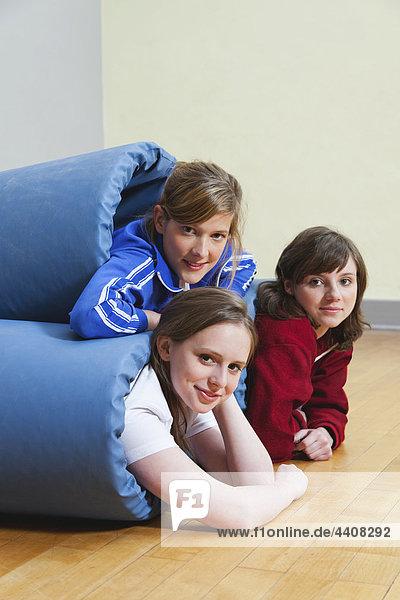 Junge Frauen in Turnmatte gewickelt  lächelnd  Portrait