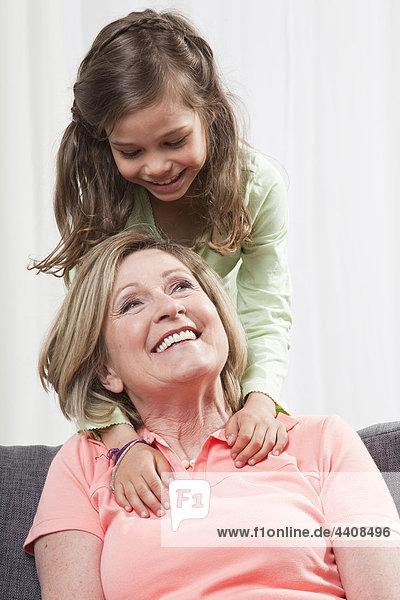 Großmutter und Enkelin (6-7) genießen  lächeln