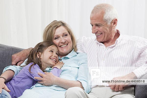 Enkelin (6-7) und Großeltern genießen  lächeln