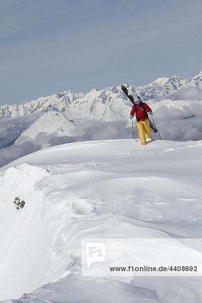 Österreich  Tirol  Gerlos  Skifahren auf verschneiten Bergen
