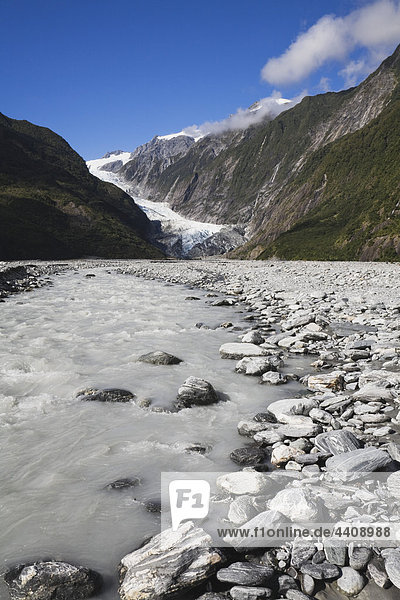 Neuseeland  Südinsel  Blick auf den Westland Nationalpark mit Waiho River und Franz Josef Gletscher