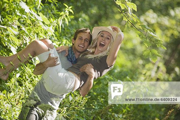 Mann mit Frau im Wald  lächelnd