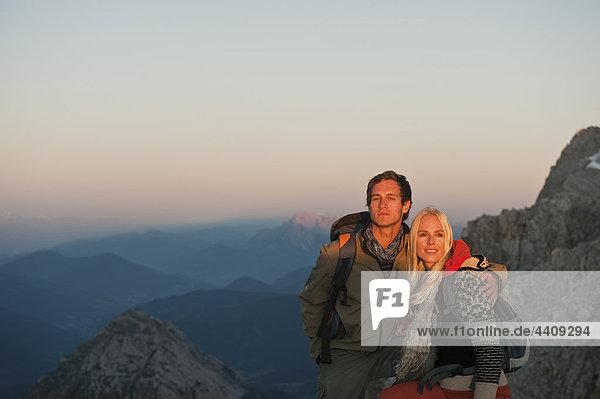 Österreich  Steiermark  Dachstein  Paar auf dem Gipfel stehend  lächelnd