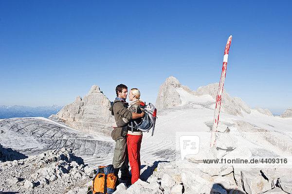 Österreich  Steiermark  Dachstein  Paar auf dem Berggipfel