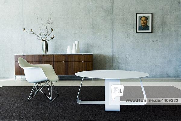Schweiz  Wintertur  Designerstuhl und Designertisch im Wohnzimmer