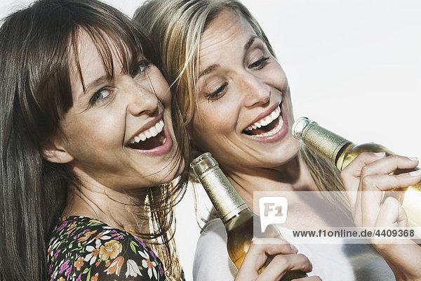 Frauen  die Bier genießen  lächeln