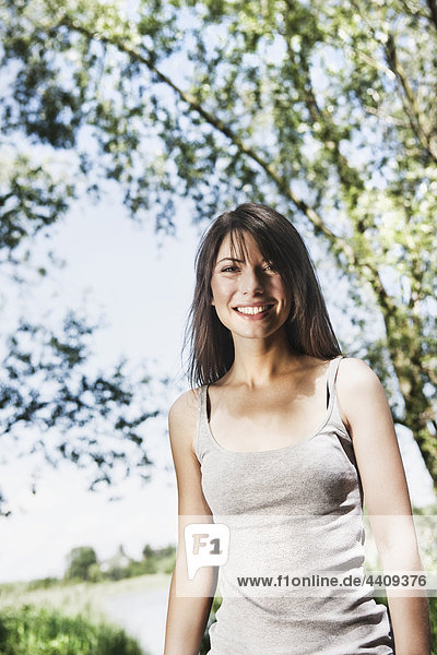 Junge Frau lächelnd  Porträt