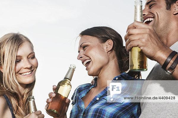 Mann und Frau beim Biergenuss