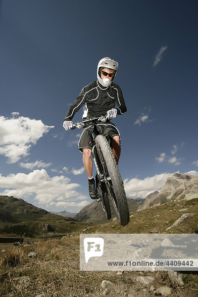 Schweiz  Tessin  Mann beim Stunt auf dem Mountainbike