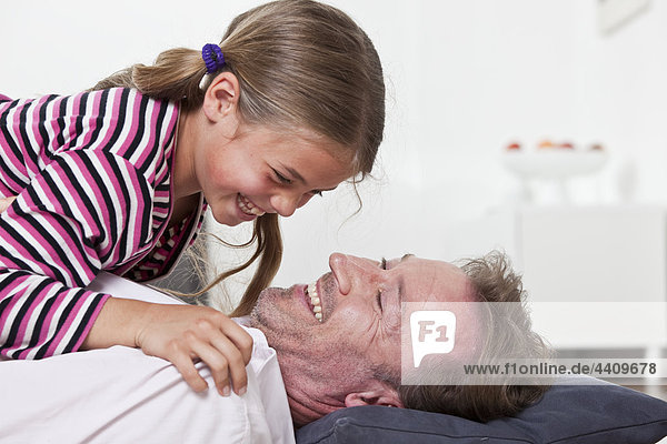 Vater und Sohn spielen und lächeln
