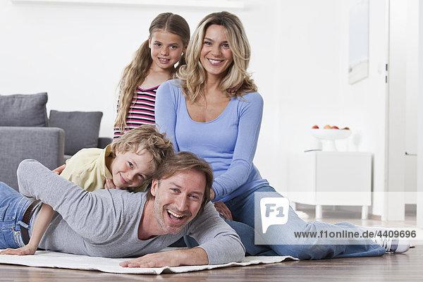 Nahaufnahme der Familie lächelnd  Porträt