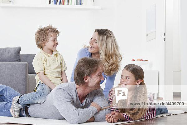 Familie mit Spaß und Lächeln