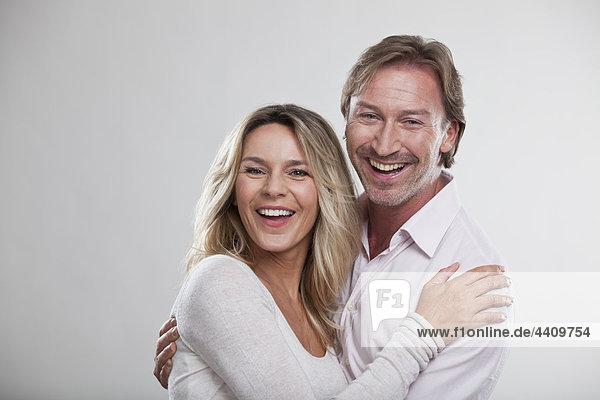 Paar umarmend  lächelnd  Portrait