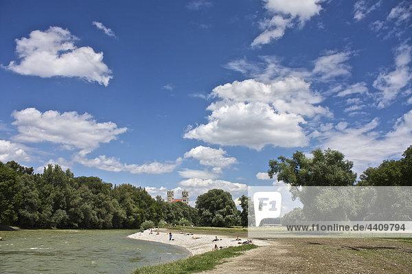 Deutschland  Bayern  München  Menschen an der Isar mit St. Maximilianskirche im Hintergrund