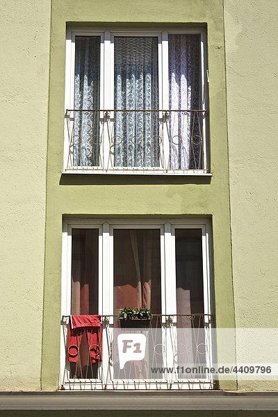 Deutschland  Bayern  München  Bekleidung am Fenster