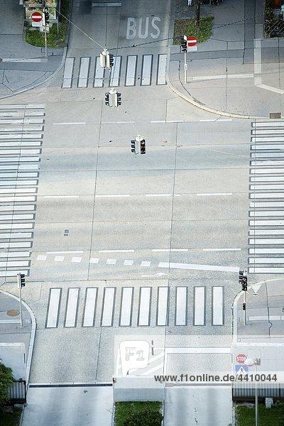 Österreich  Wien  Wienerberg City  Hochansicht der Straßenmarkierung mit Ampeln