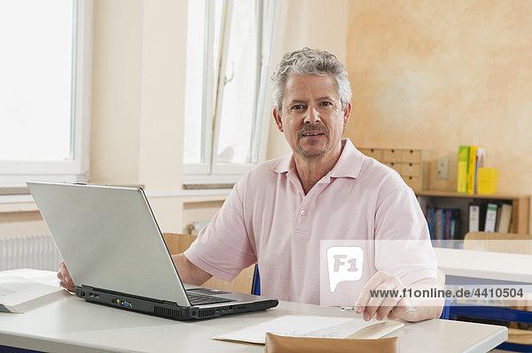Senior Mann mit Laptop  Portrait