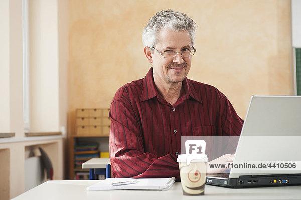 Senior Mann mit Laptop  Portrait  lächelnd