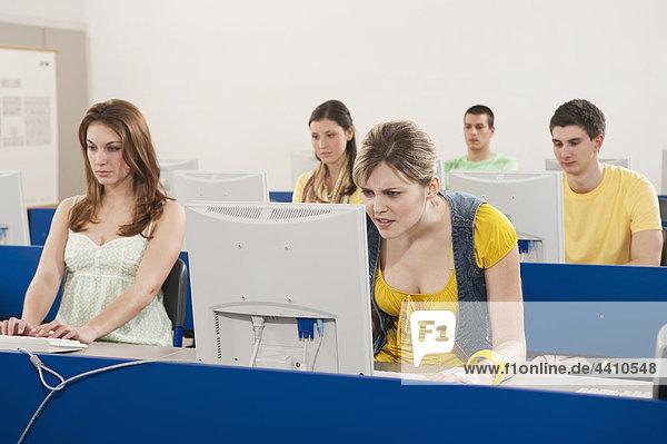 Deutschland  Emmering  Studenten mit Computer im Computerlabor