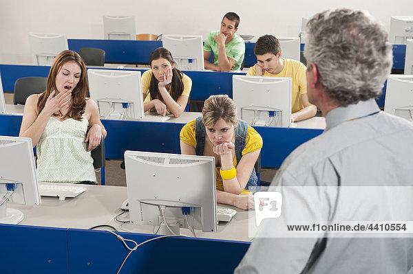 Deutschland  Emmering  Studenten langweilen sich im Computerlabor