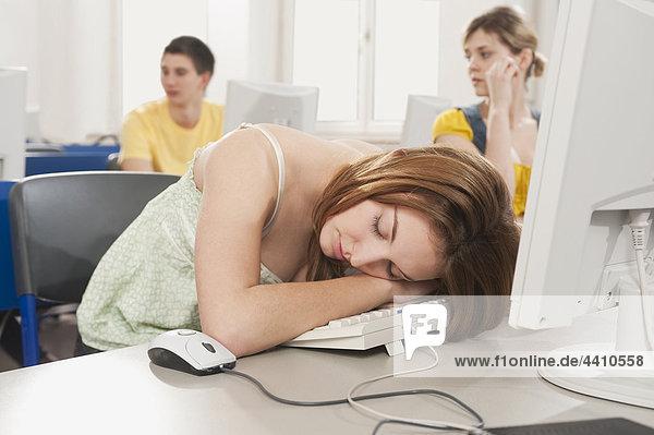 Teenagermädchen schläft mit Studenten im Hintergrund