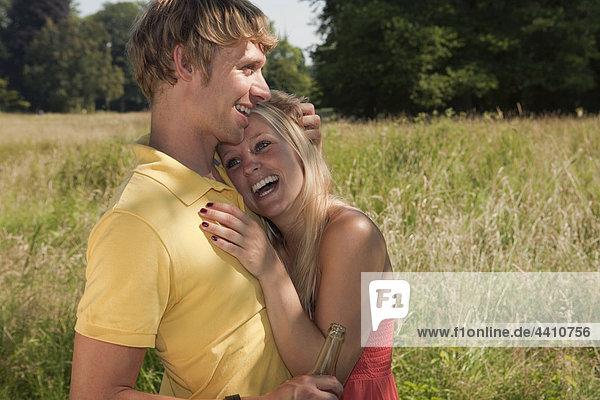 Deutschland  Dortmund  Junges Paar lächelt