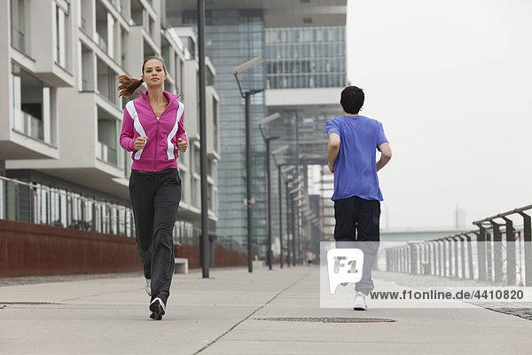 Junger Mann und Frau beim Joggen.